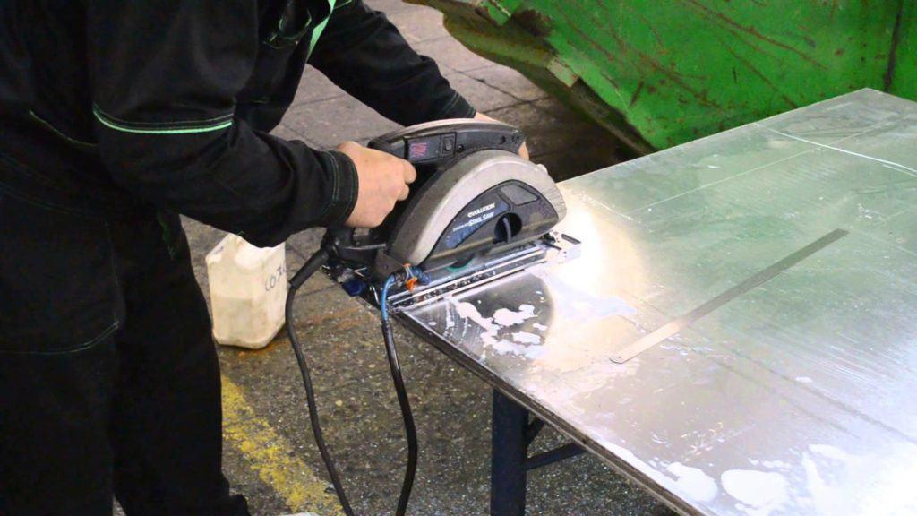 В некоторых случаях и при возможности, для резки металла используют циркулярную пилу, которая не разбрызгивает искры во все стороны, но это оборудование доступно не всем