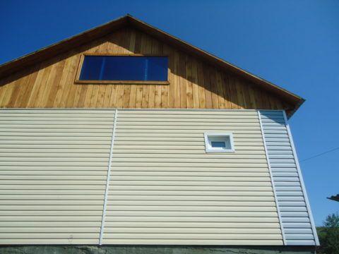 Мы видим пример обшивки дома и фронтона металлическим сайдингом