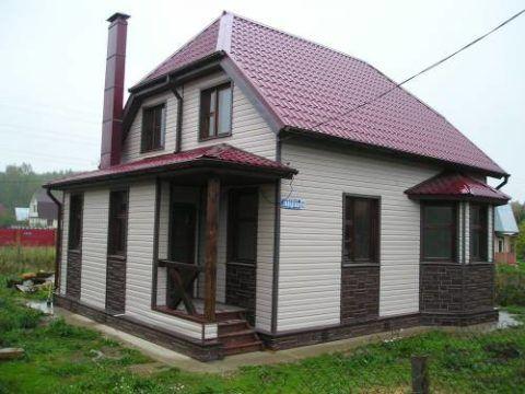 Мы видим пример обшивки дома металлическим сайдингом двух цветов