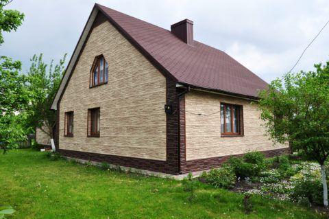 Мы видим пример обшивки стен дома металлическим сайдингом в виде каменной кладки