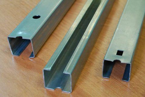 Мы видим пример оцинкованных металлических брусьев, для создания профиля под сайдинг