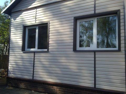 На фото мы видим пример дома, обшитого сайдингом, смотрится это аккуратно и эстетично