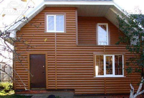 На фото представлен пример, отделка дома сайдингом блок-хаус под дерево
