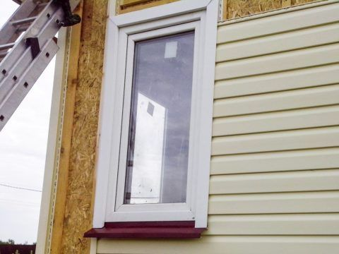 Вокруг окна стоит специальный профиль