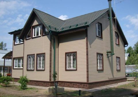 Облицовка выполнена аккуратно и смотрится гармонично – не смотря на то, что архитектура самого дома немного подкачала