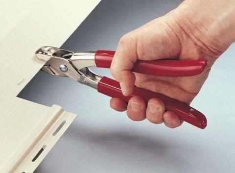 Инструмент для создания зацепов в панели сайдинга