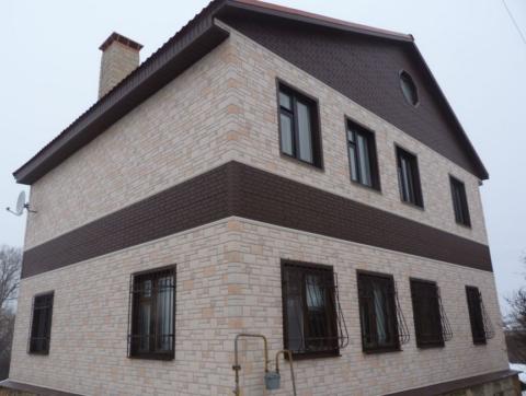 Отделка фасадными сайдинговыми панелями разного цвета и профиля