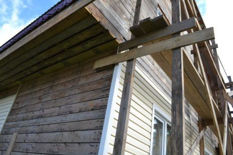 Отсутствие гидроизоляции может негативно отразиться на состоянии деревянных стен