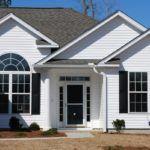 Дизайн дома снаружи сайдингом: белый экстерьер с чёрными акцентами