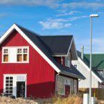 Группа домов с вертикальной обшивкой отличается яркими красками