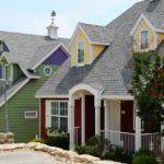 Красивые дома из сайдинга: мезонины и фронтоны выделены другим цветом и фактурой