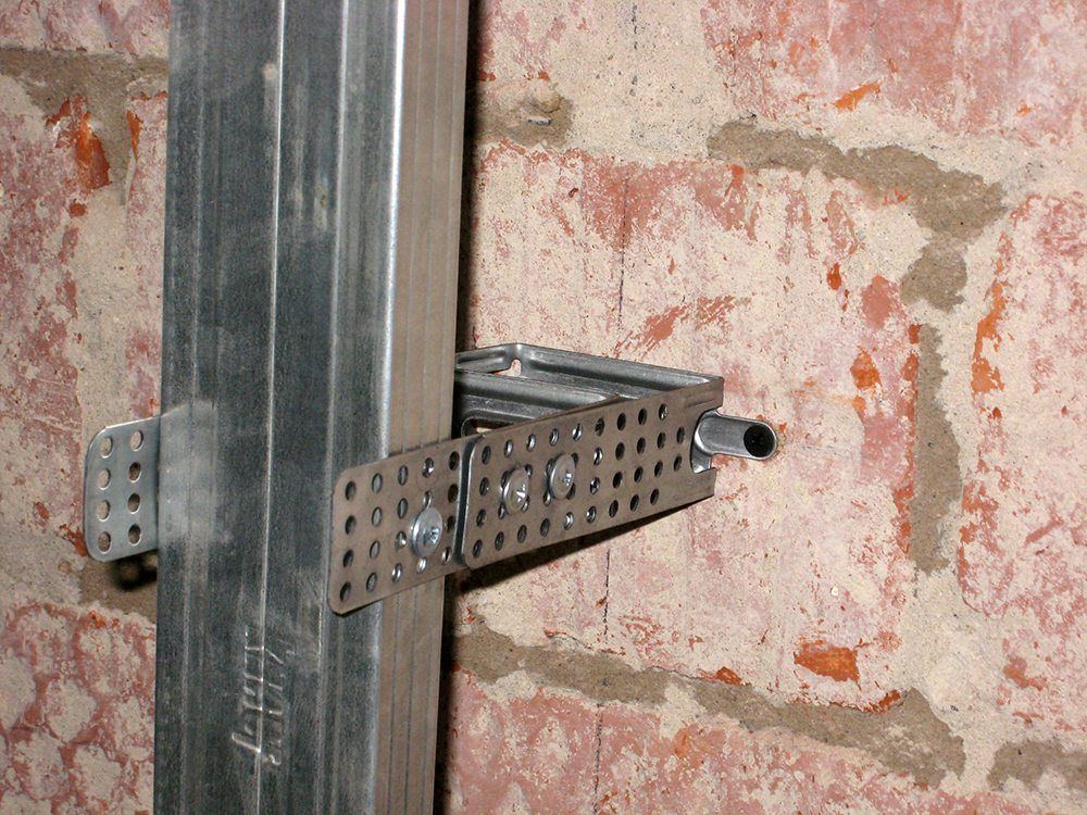 монтаж каркаса из металлического профиля на стену