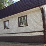 Облицовка дома цокольным виниловым сайдингом